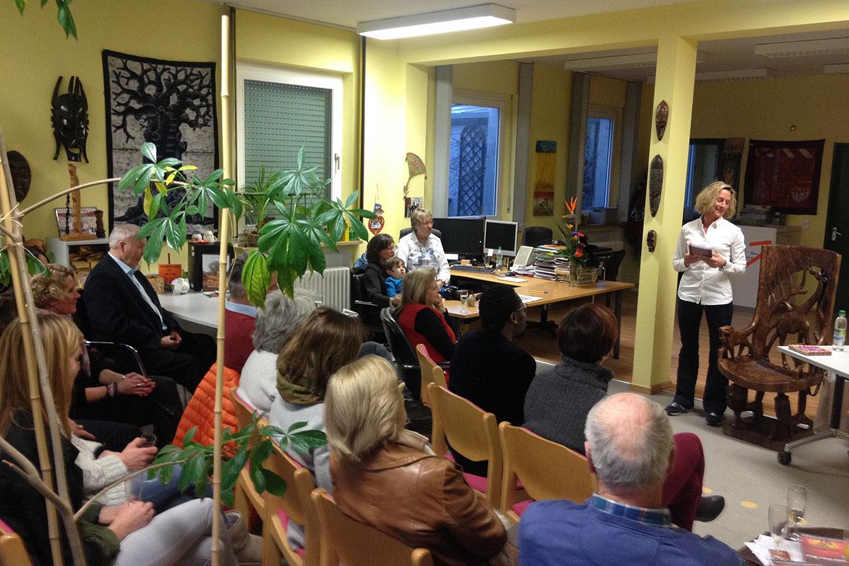 """Nach der Begrüßung erklärt Barbara Zinstag wie Sie dazu gekommen ist, Ihr Buch """"Nie wieder hintern Busch"""" zu schreiben."""