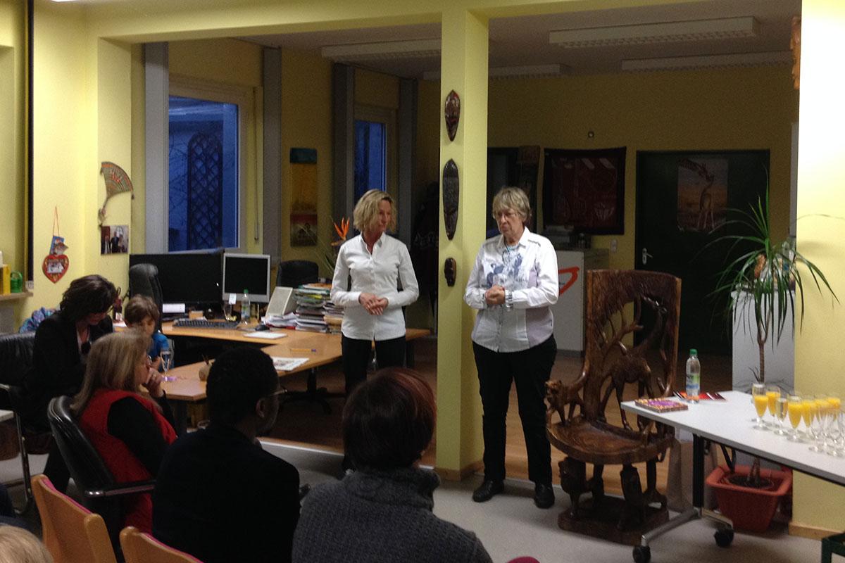 Margret Kopp (rechts) von Aktion PiT – Togohilfe e.V. berichtet über das Latrinenprojekt, das mit 5 Euro von jedem verkauften Buch unterstützt wird.