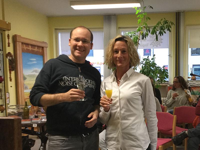 """Autorin Barbara Zinstag und Herausgeber Andy Kopp stoßen auf das Buch """"Nie wieder hintern Busch"""" an!"""