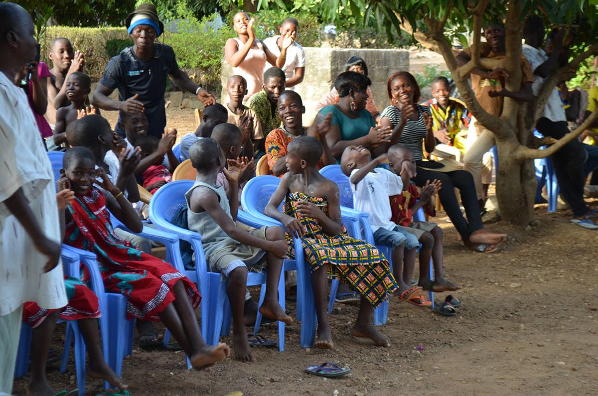 Besuch in Kinderheimen und Waisenhäusern