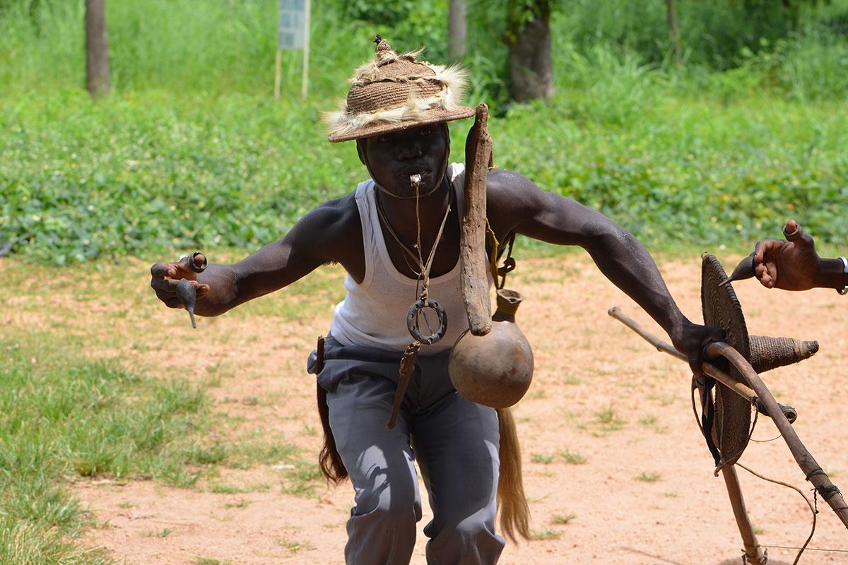 Ein kriegerischer Tanz eines Initiationsritual