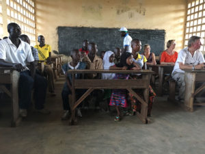 Treffen mit Patenkindern bei einer Partnerschule der Togohilfe