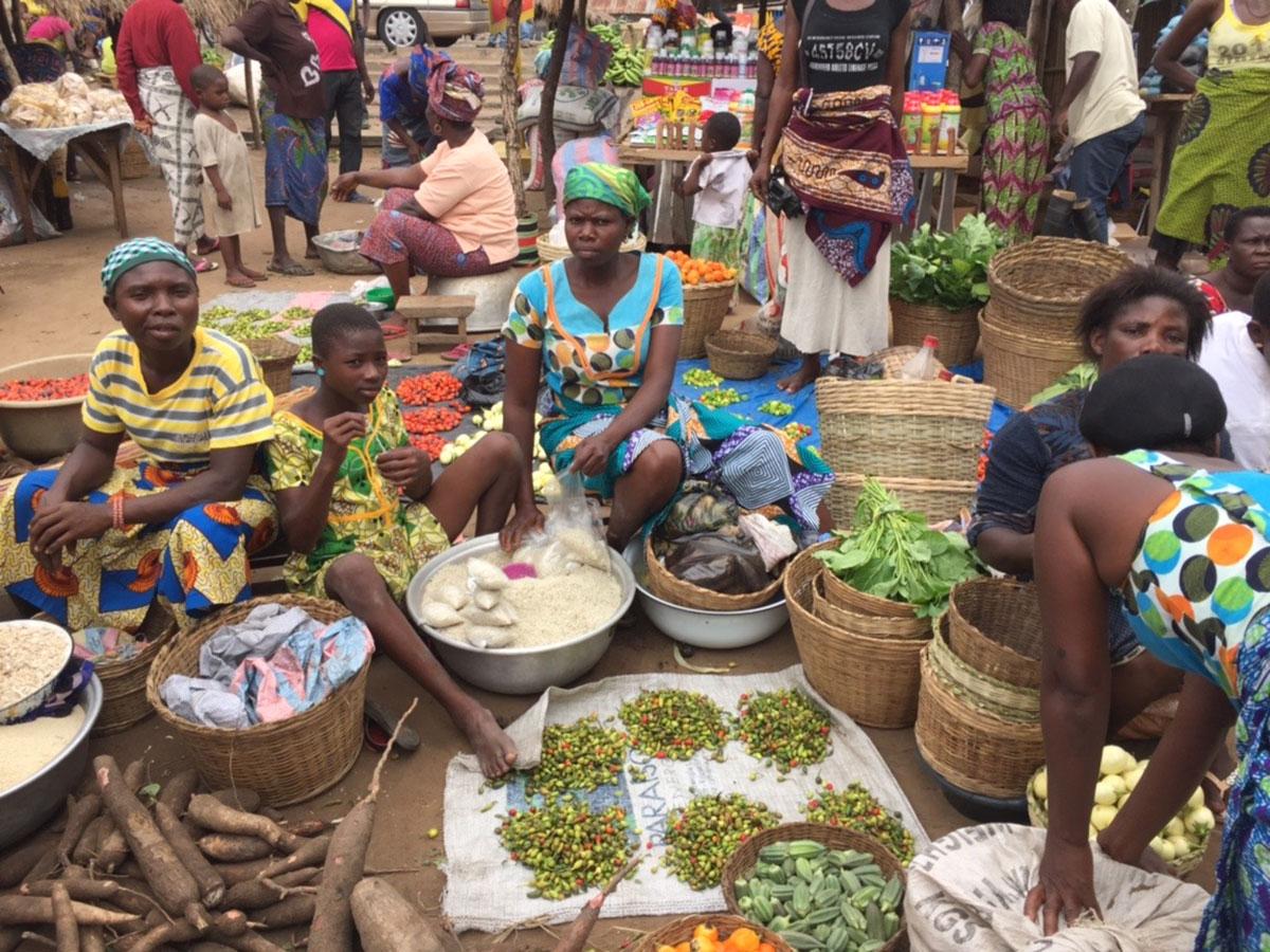Auf einem kleinen Markt in Tovegan in der Maritim Region Togos